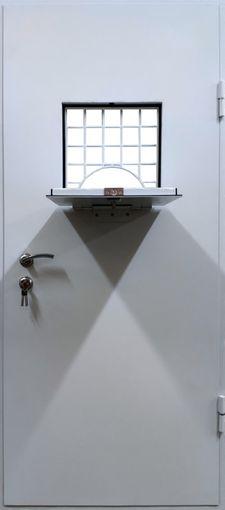 Дверь с люком и решеткой в комнату для выдачи оружия СП605